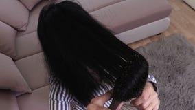 梳损坏的头发的妇女 股票录像