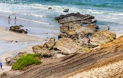 梳浪潮水池的海滩在海角Kiwanda 免版税库存照片