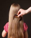 梳美丽的长的头发的男性手 库存图片