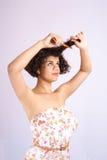 梳头发 梳她长的无法处理的难驾驭的有问题的头发的恼怒的妇女 免版税库存图片