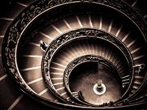 梵蒂冈博物馆-成螺旋形上升的出口楼梯 图库摄影