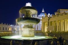 梵蒂冈喷泉在夜之前 免版税库存图片