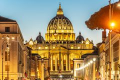 梵蒂冈在夜之前 圣彼得大教堂和圣彼得广场有启发性圆顶在协和大道末端 库存图片