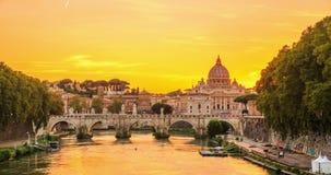 梵蒂冈如被看见从台伯河河在天对夜间流逝录影 股票视频
