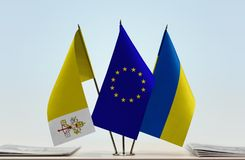 梵蒂冈欧盟和乌克兰的旗子 库存图片