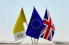 梵蒂冈欧盟和英国的旗子 免版税图库摄影