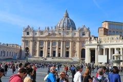 梵蒂冈,人们参观圣彼得广场 图库摄影