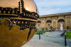 梵蒂冈,意大利-大约2014年12月:在梵蒂冈` s博物馆Gardeb里面的地球雕塑 库存照片