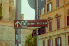 梵蒂冈,意大利- 2015年6月13日:博物馆turists的梵蒂冈信号,与显示正确的箭头的一点图画 图库摄影