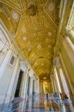 梵蒂冈,意大利- 2015年6月13日:圣伯多禄大教堂的壮观的外部大厅在梵蒂冈,大理石的金子被盖和 免版税库存照片