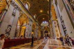 梵蒂冈,意大利- 2015年6月13日:圣伯多禄教会在梵蒂冈,里面主要大厅,走动的turists 免版税图库摄影