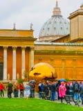 梵蒂冈,意大利- 2014年5月02日:在球形,由意大利雕刻家阿纳尔多Pomodoro的一个铜雕塑内的球形 免版税库存照片