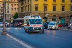 梵蒂冈,意大利- 2015年6月13日:快速地去在罗马街道上的救护车搬运车,在waitting的汽车后 免版税库存图片