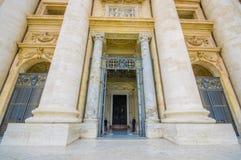 梵蒂冈,意大利- 2015年6月13日:进入里面圣伯多禄大教堂的大和轰烈的大门在梵蒂冈 巨大的边 免版税库存图片