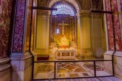 梵蒂冈,意大利- 2015年6月13日:从米开朗基罗的La圣母怜子图在圣皮特圣徒・彼得大教堂,显示玛丽的伟大的sculture里面 免版税库存照片