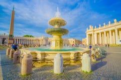 梵蒂冈,意大利- 2015年6月13日:Clasic和老fountaine在圣伯多禄之外在梵蒂冈,好的水彩摆正与 免版税库存图片