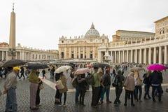梵蒂冈,朝圣在雨中 库存照片