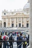 梵蒂冈,朝圣在雨中 免版税库存图片
