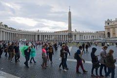 梵蒂冈,朝圣在雨中 免版税图库摄影