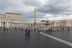 梵蒂冈,朝圣在雨中 免版税库存照片