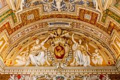 梵蒂冈,梵蒂冈- 2017年7月1日:美好的神圣的艺术的看法在天花板圣皮特圣徒・彼得` s大教堂的 库存照片