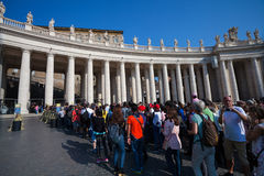 梵蒂冈,梵蒂冈- 2016年9月13日:要参观圣皮特圣徒・彼得` s大教堂队列的Waitng游人 库存图片