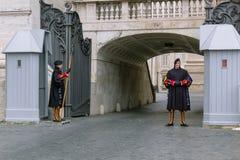 梵蒂冈-2018年1月19日:罗马教皇两瑞士近卫队secur 库存照片