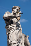 梵蒂冈- 2011年3月22日 圣伯多禄雕象圣伯多禄` s正方形的,蓝天背景 库存图片