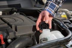 检查一个发动机水罐 免版税库存照片