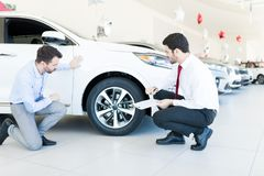 检查一切的顾客在买一辆新的汽车前 图库摄影