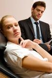 检查一名女性患者的精神病医生 免版税库存图片