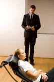检查一名女性患者的精神病医生 免版税库存照片