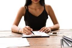 检查业务报告的女实业家 免版税图库摄影