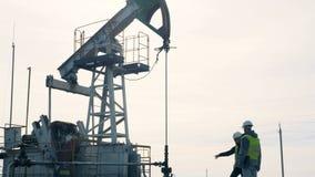 检查井架的工作人 石油生产产业概念 股票视频