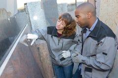 检查产品的大理石安装员 免版税图库摄影