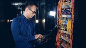 检查他们的后侧方观点的被连接的服务器和技术员 股票录像