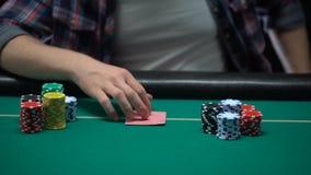 检查他卡片和上升的打牌者,把美元放在桌上,包括一切 股票视频