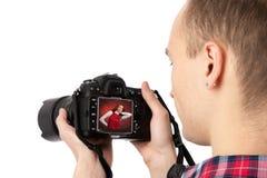 检查他的照片摄影师 免版税图库摄影