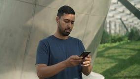 检查他的电话的年轻人发现他忘记了某事 股票录像
