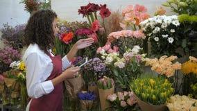 检查价格的卖花人与在花店的片剂 股票录像