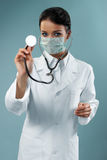 检查俏丽的听诊器的医生 库存图片