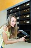 检查信件箱子的主妇 库存照片