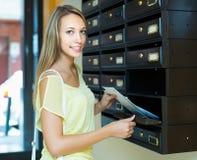 检查信件箱子的主妇 库存图片