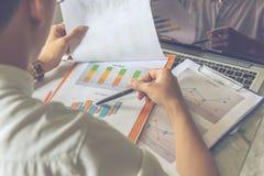检查关于报告的人背面图财务数据 库存照片