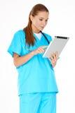 检查关于片剂的医生信息 库存照片