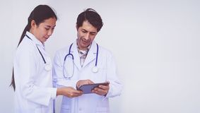 检查关于片剂设备的医生耐心信息 库存照片