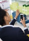 检查关于网的女实业家医学信息使用聪明的P 库存图片