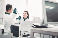 检查分析的被集中的试验室工怍人员 免版税库存照片