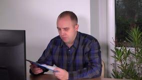 检查剪贴板的商人在办公室提供看屏幕 股票视频