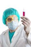 检查医疗技术人员的血液 免版税库存照片